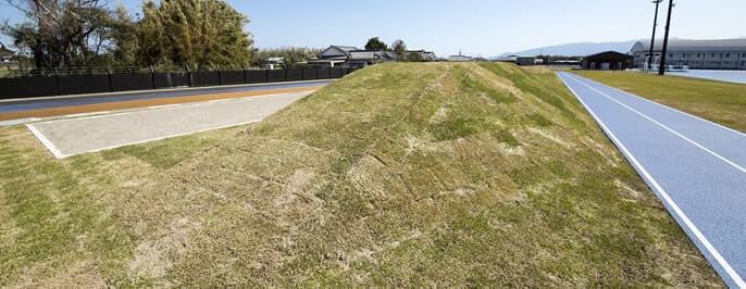 傾斜走路 (天然芝) -全国最大規模の天然芝の傾斜走路-